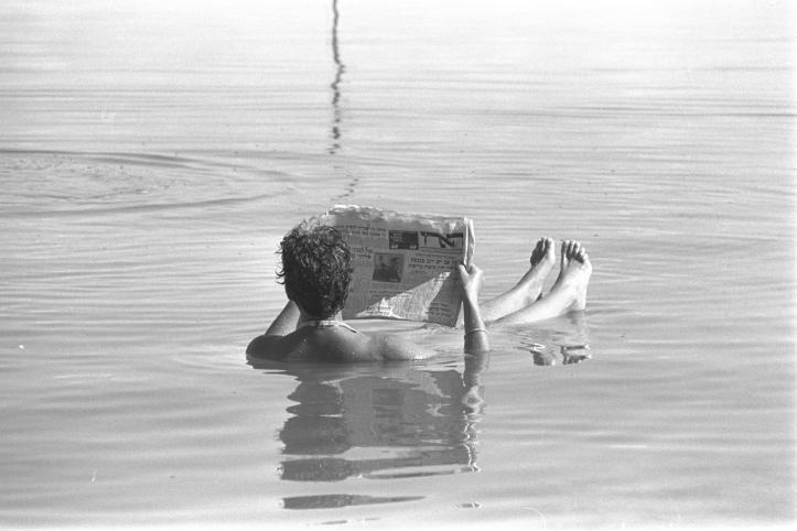Flickr_-_Government_Press_Office_(GPO)_-_A_man_reading_a_newspaper_while_bathing_in_the_Dead_Sea.
